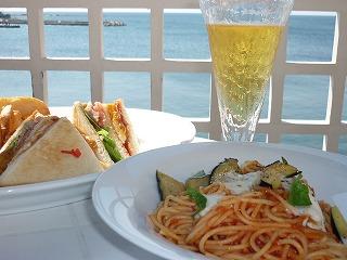 デニーズ葉山森戸店 テラス席 アメリカンクラブサンド ¥980 と モツァレラチーズと茄子のトマトスパゲティ ¥780