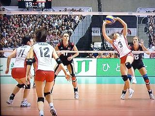 ワールドカップ2011 vsドイツ 竹下佳江 トス /><br /><br /><br />↓ 新鍋理沙選手のアタックがブロックの間を抜く!<br /><br /><img src=